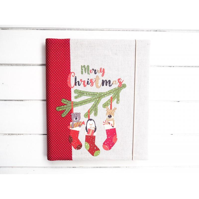 Červený vianočný fotoalbum s ponoškami a vetvičkou